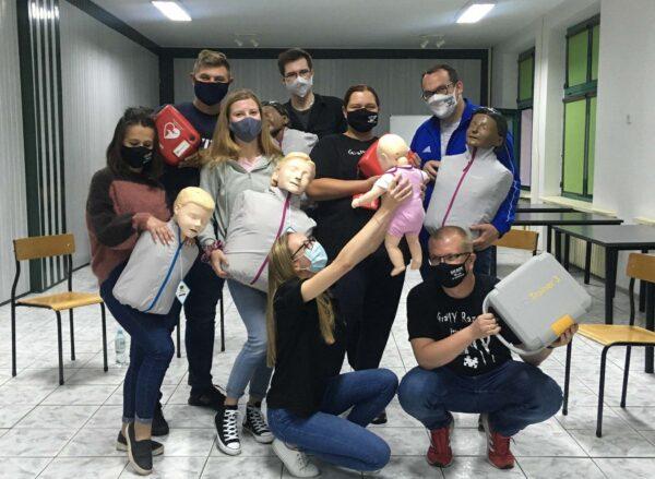 Grupa wolontariuszy z fantomami do pierwszej pomocy