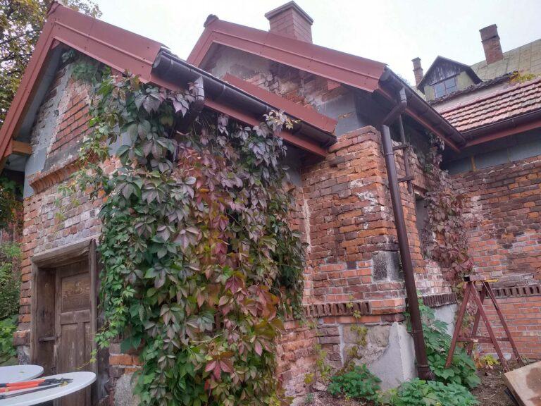 Budynek z czerwonej cegły w sąsiedztwie Browaru